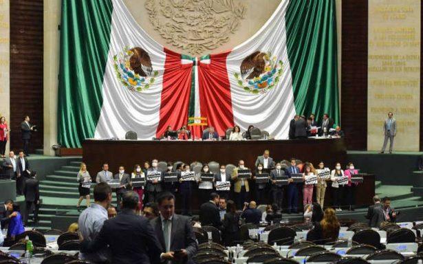 Diputados del PRD toman tribuna en protesta por ley mordaza de Morena