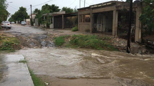 [VIDEO] Fuerte el agua en el arroyo de la colonia Sahuaro