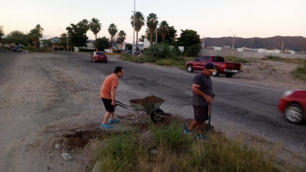 [Video] Cansados de tanto bache, vecinos de la Torreplata rellenan socavones