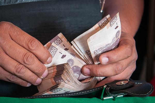 Compran un auto a mujer con billetes falsificados