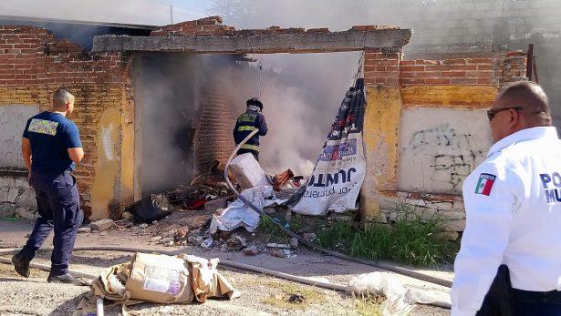 Sofocan bomberos predio en estado de abandono