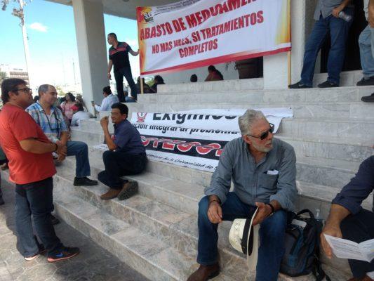 Protestan sindicatos afiliados al Isssteson en Congreso del Estado