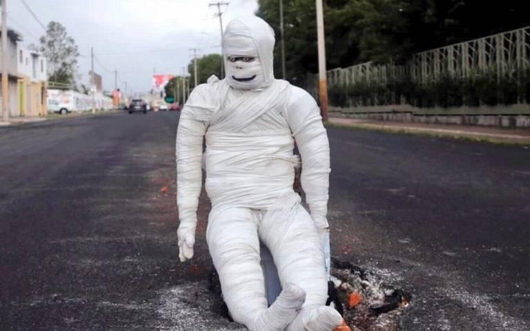 Poblanos adornan los socavones de acuerdo a día de muertos