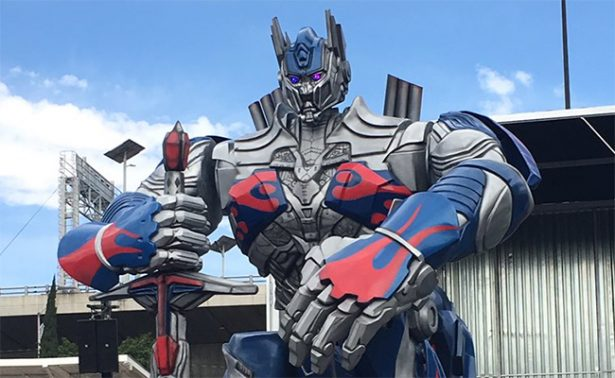 "Optimus Prime ""invade"" centro comercial de la CDMX"