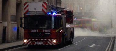 Registran fuerte incendio en Piccadilly Circus, Londres; bomberos arriban al lugar