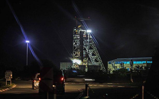 Mineros quedan atrapados a varios metros de profundidad en Sudáfrica