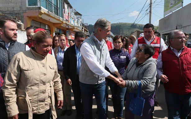 El gobernador Alfredo Del Mazo entrega apoyos a damnificados por sismo