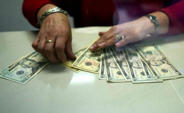 Dólar se vende hasta en 18.40 pesos en bancos de la capital metropolitana