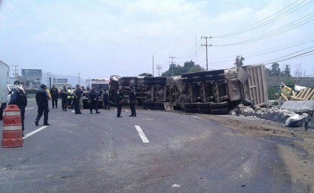 Registran volcadura de tráiler en autopista México-Puebla