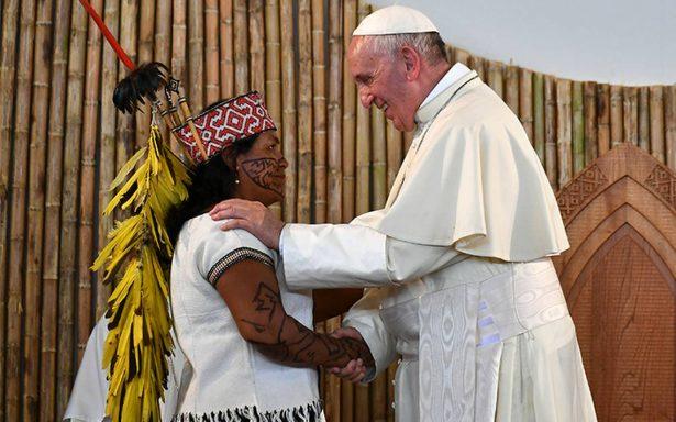 """Papa Francisco pide """"romper"""" con explotación de Amazonia ante cientos de indígenas"""