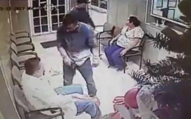 Con pistola en mano, asaltan centro médico en Monterrey