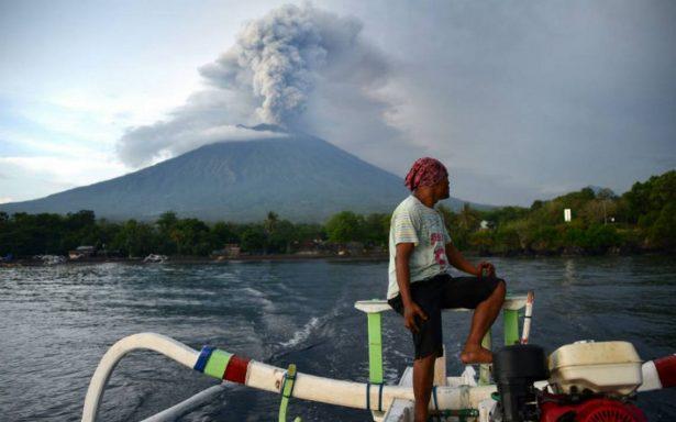Por segundo día consecutivo, aeropuerto de Indonesia cierra por erupción de volcán Agung