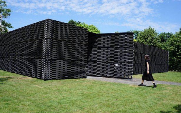 La arquitecta Frida Escobedo crea versátil pabellón en Jardines de Kensington