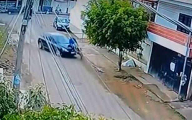 El impactante momento en que una niña de 13 años atropella a un ciclista ¡y sale vivo!