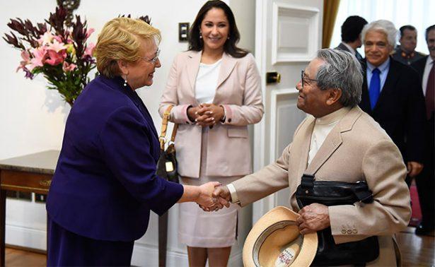 Bachelet reconoce a Manzanero en el Palacio de La Moneda
