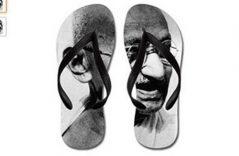 """""""Pisotean"""" a Mahatma Gandhi, lanzan sandalias con su imagen"""