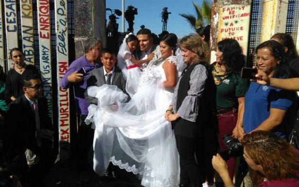 Para el amor no hay fronteras. Mexicana y estadounidense se casan en muro de Trump