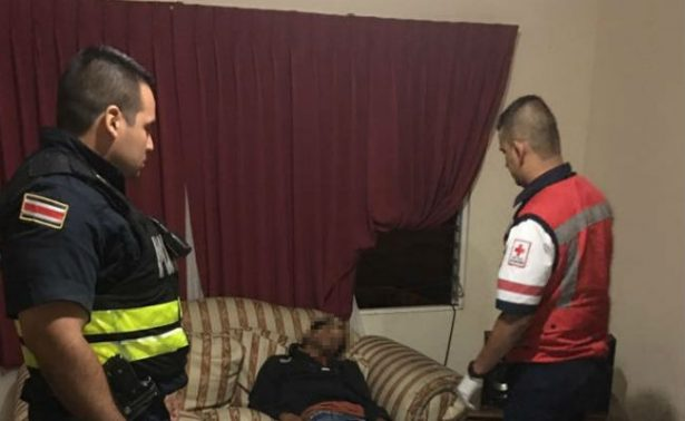 Hombre entra a robar a una casa y se queda dormido en el sillón
