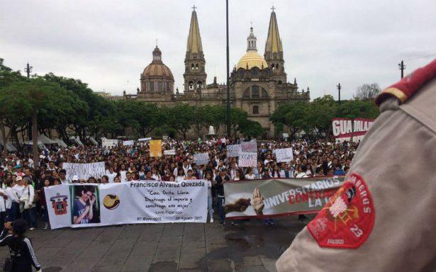 """""""Queremos seguridad no mochilas"""", estudiantes marchan en Guadalajara"""