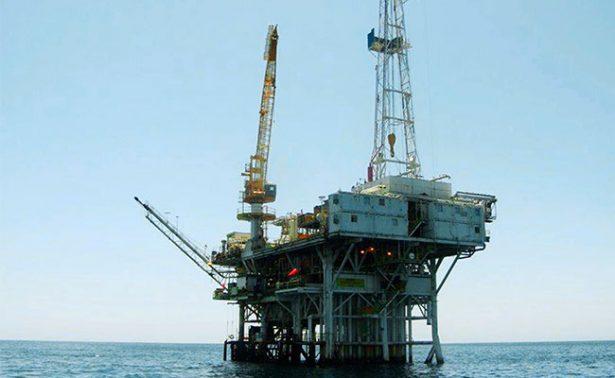 Tras aumento de pozos petroleros en EU, crudo mexicano pierde 28 centavos