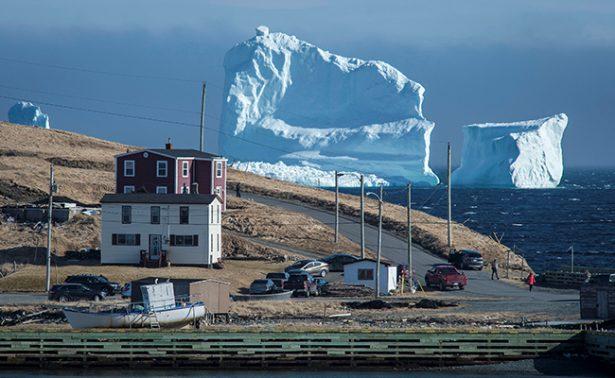 Gran iceberg pone en el mapa turístico a un pequeño poblado de Canadá