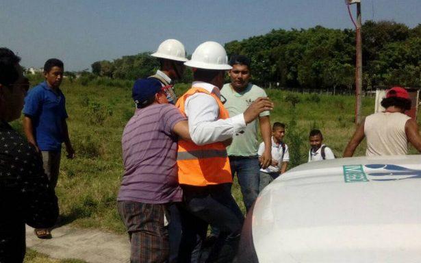 Pobladores de Huixtla retienen a empleados de CFE