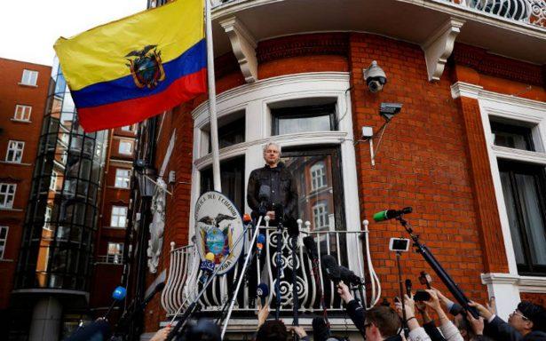 """Ecuador concede ciudadanía a Julian Assange, ahora es """"agente diplomático"""""""