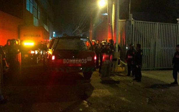 Incendio consume bodegas de papel del periódico Reforma