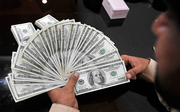 Dólar retrocede y se oferta hasta en 18.85 pesos en bancos de la capital