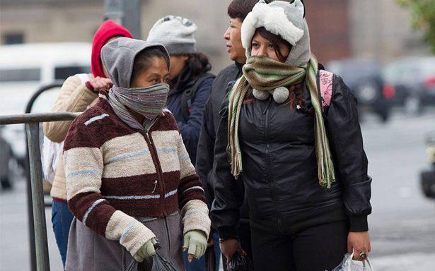 A protegerse del frío en la capital; la temperatura descenderá por la noche