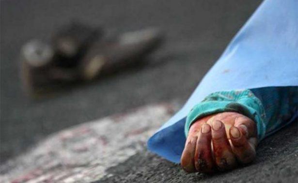 Mujer salta de camión sin frenos y muere
