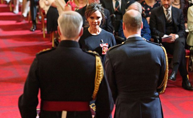 Victoria Beckham recibe condecoración del príncipe Guillermo