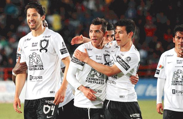 LOS TUZOS felicitan a Rubén Botta luego de anotar el gol que, a la postre,  les dio la victoria sobre Jaguares de Chiapas.  Foto: Sol de Hidalgo.