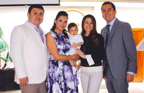 LEONARDO con papás y padrinos durante la ceremonia de su bautizo. Foto: El Sol de Hidalgo.