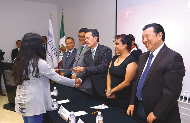 Preparatorianos beneficiados con becas