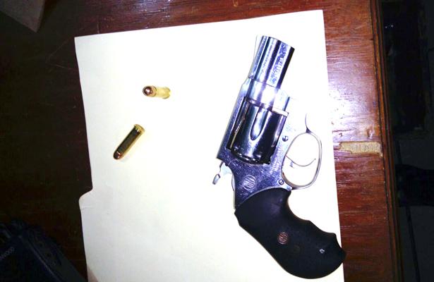Se le cayó un revolver