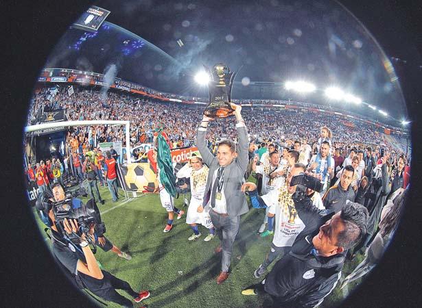 DIEGO Alonso lleva en todo lo alto las ilusiones y el trofeo de Concachampions con los Tuzos. Foto: El Sol de Hidalgo.