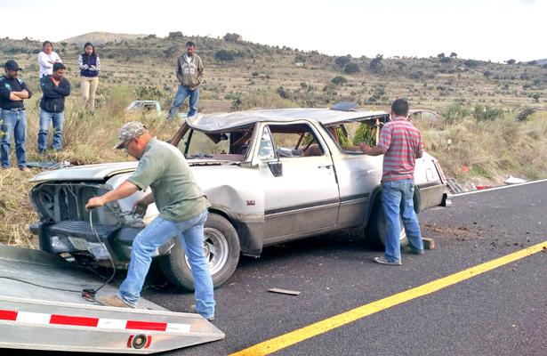 >> LAS MANIOBRAS para remover la camioneta Dodge Ram demoraron varios minutos. Foto: El Sol de Hidalgo.