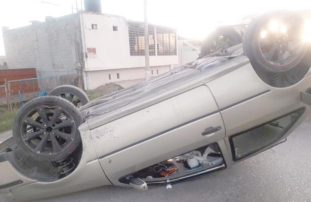 Milagrosamente sobrevive chofer de auto que volcó