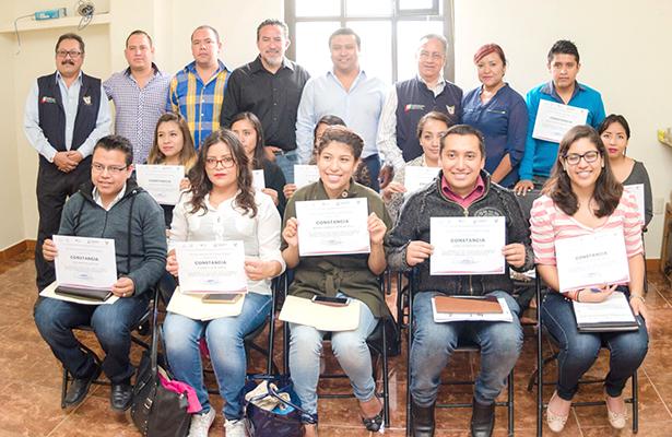 Gobierno municipal y estatal otorgaron empleo a 20 profesionistas
