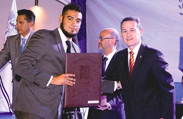 Reciben egresados del CUC título de la UAEH