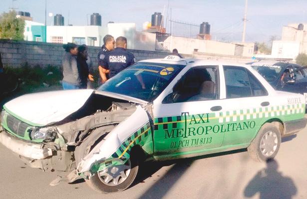 >> TAXI que fue robado y chocado por joven pillo. Foto: El Sol de Hidalgo.