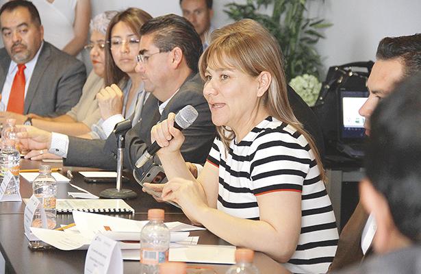 Directores y administrativos en reunión