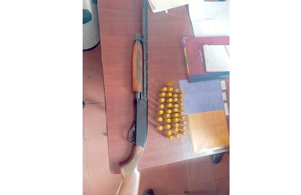 PORTABA una escopeta con cartuchos disponibles. Foto: El Sol de Hidalgo.