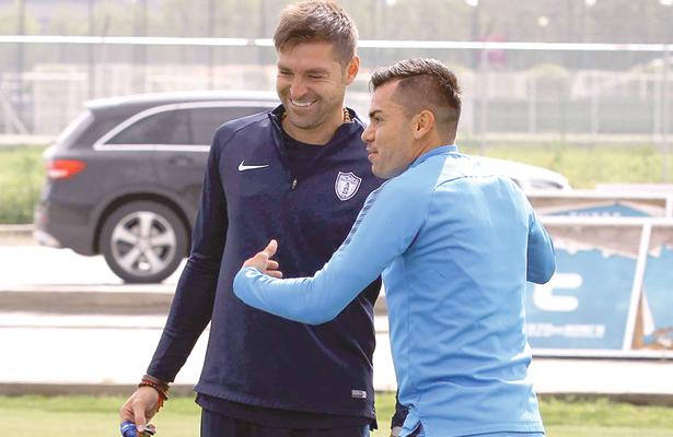 PESE a las ausencias de varios jugadores, Diego Alonso y su plantel estaban animados.  Foto: Sol de Hidalgo.