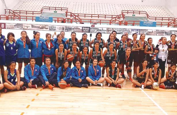 LAS CHICAS de Hidalgo, al centro de la imagen, con sus medallas, tuvieron un gran papel. Foto: Sol de Hidalgo.