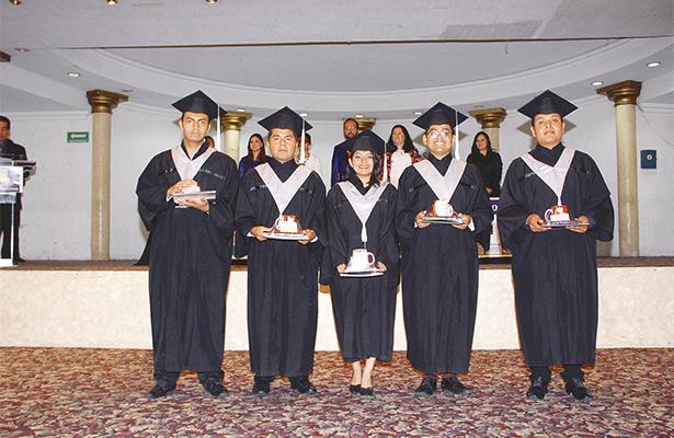 Ceremonia de graduación a egresados en la carrera de Diseño Gráfico