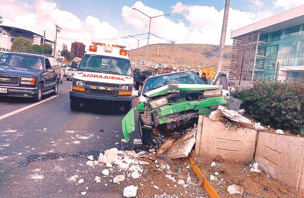 Taxi, chatarra, chofer perdió el control; pasajera quedó lesionada