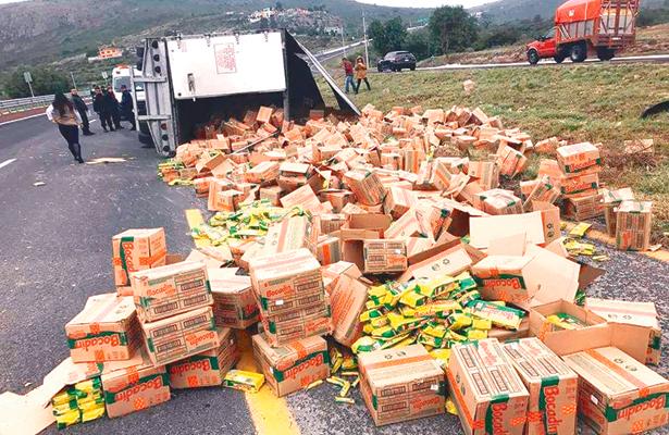 Chocolates en plena carretera, tras la volcadura de un camión