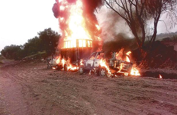 Líos de huachicoleros; arden sus trokas